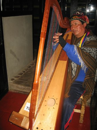El Albergue Restaurant: blind harpist