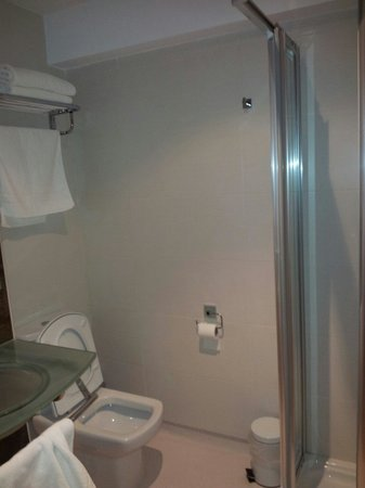 Apartamentos Plaza Mayor: Baño todo limpisimo y nuevo.