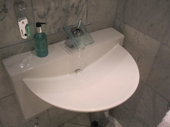 Celtic Guest Houses, The Old Rectory: useless sink at full flow