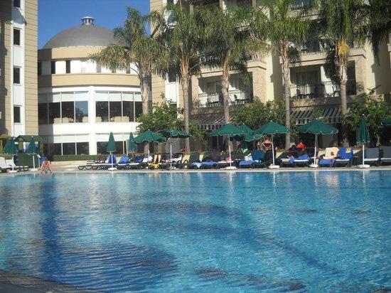 Alva Donna Beach Resort Comfort: первый бассейн возле ресепшена