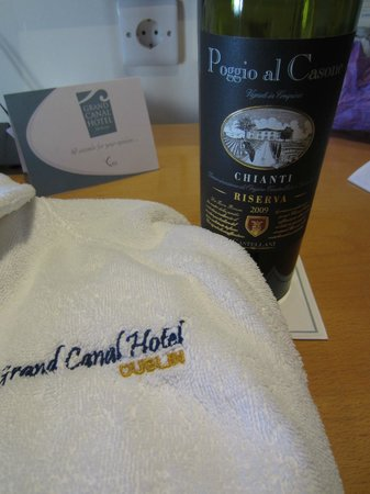 Grand Canal Hotel : Nice bathrobes and a glass wine after a day of sightseeing