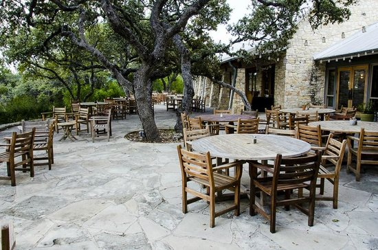 Travaasa Austin: Outdoor dining area with nice views & twinkle lights at night