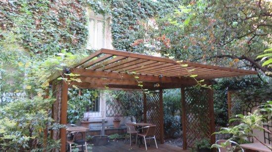 Hotel Campanile : Café da manhã no jardim