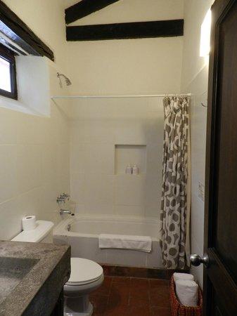El Albergue Ollantaytambo : spotless spacious bathroom
