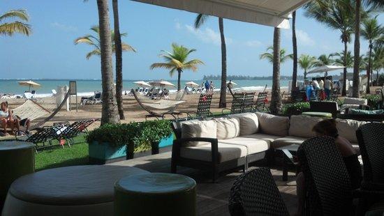 Courtyard by Marriott Isla Verde Beach Resort: outdoor loung & bar area