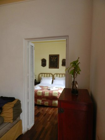 Hostal El Patio : from lounge to bedroom in suite