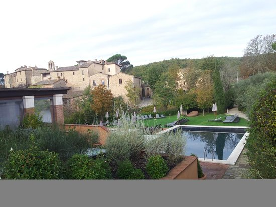 Castel Monastero: le oiscine esterne
