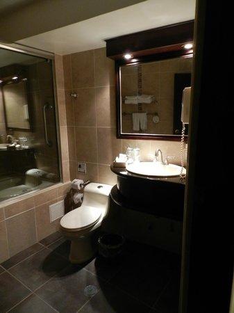 Tierra Viva Cusco Plaza: nice bathroom - useless jacuzzi tub