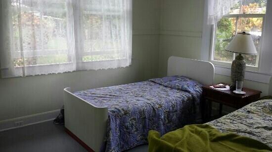 Akiko's Buddhist Bed and Breakfast: Twin room in Hale Aloha