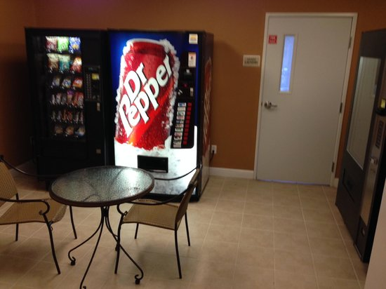 GrandStay Residential Suites Hotel Oxnard: vending machines outside the laundry area