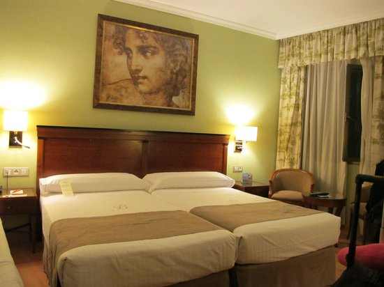 Hotel Becquer : Comfy Room, With Three Beds