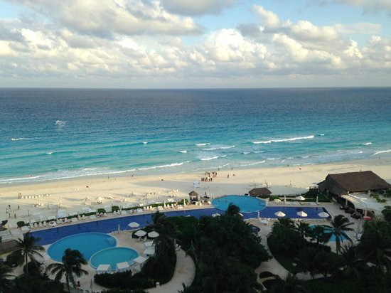 The lovely pool picture of live aqua beach resort cancun cancun tripadvisor for How many rooms at live aqua cancun