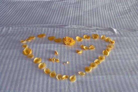 Dreams Villamagna Nuevo Vallarta: Bed with roses