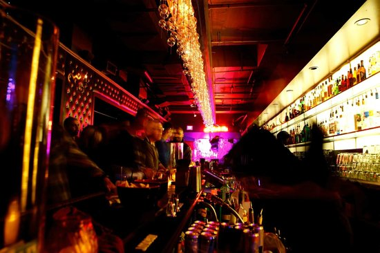 Ginger 62 : Main bar drinking.