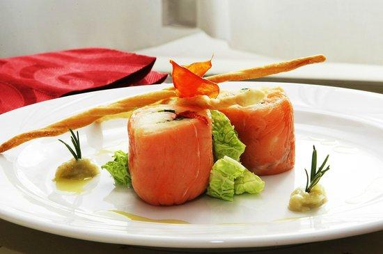 La Tavernetta: Verticale di salmone con persico e rucola