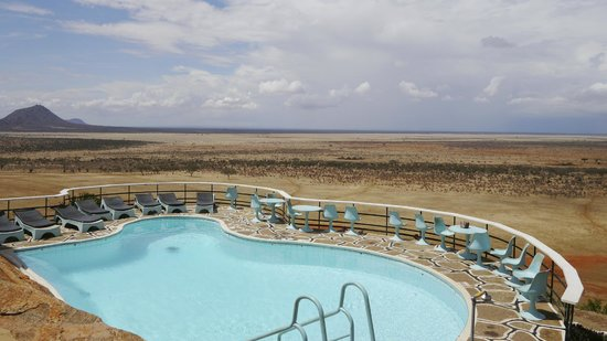 Voi Safari Lodge: Pool & view