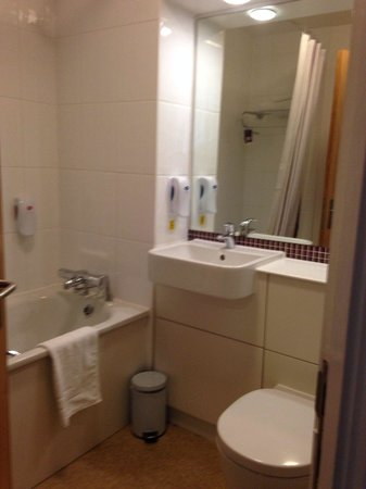 Premier Inn London County Hall Hotel: Bathroom
