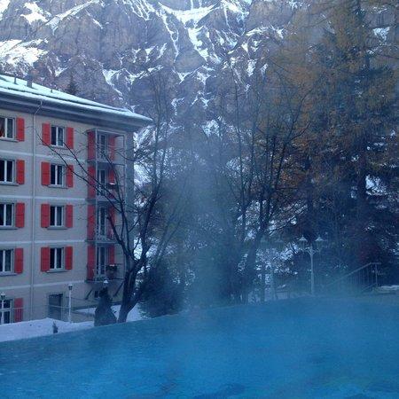 Hotel Les Sources des Alpes: Thermes extérieurs + vue sur hôtel