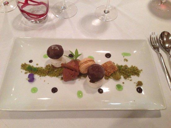 L'Esprit du Vin : Promenade en forêt: crumble au basilic, glace aux cèpes et macaron caramel au cèpe