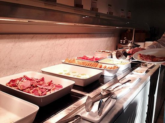 DoubleTree by Hilton - London Hyde Park: Hot food selection for morning buffet