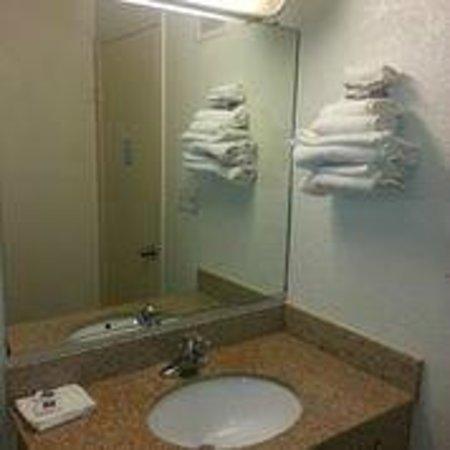 Motel 6 Victoria: Vanity