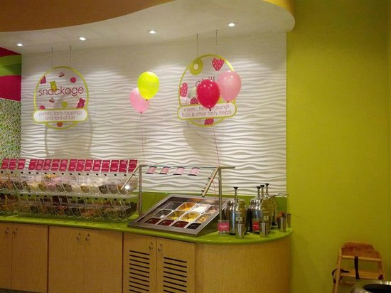 Menchie's Taylor Court: Toppings bar