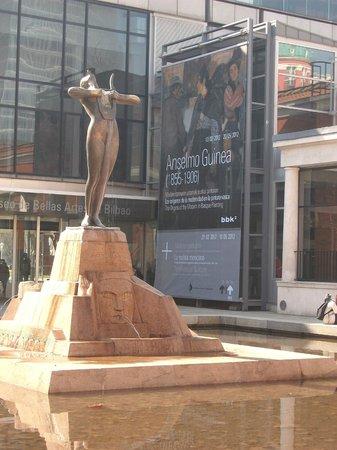 Bilbao Fine Arts Museum: Entrada actual con escultura alegórica a las Bellas Artes