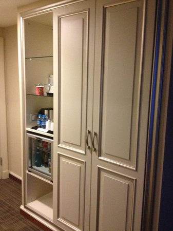 CVK Hotels Taksim: closet with mini bar