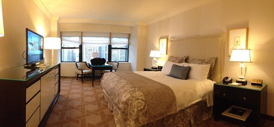 Lotte New York Palace: Large room with large windows