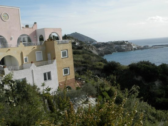 Hotel Residence Torre Sant'Angelo: Vista dell'albergo dalla stradina