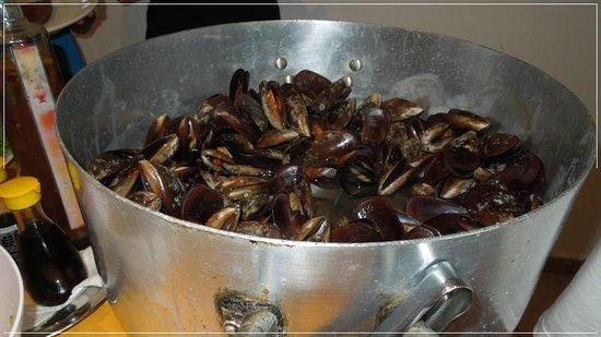 Pousada Recanto dos Passaros: Panelão de marisco servido na janta
