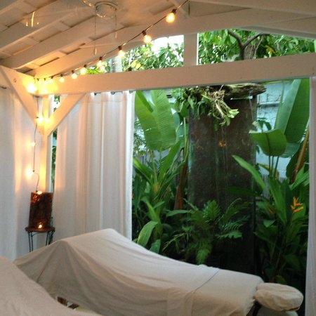 Isle Style Salon, Spa & Boutique: Outdoor lanai for massage