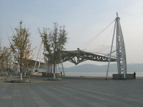 Yunlong Lake : piazza sul lato ovest del lago