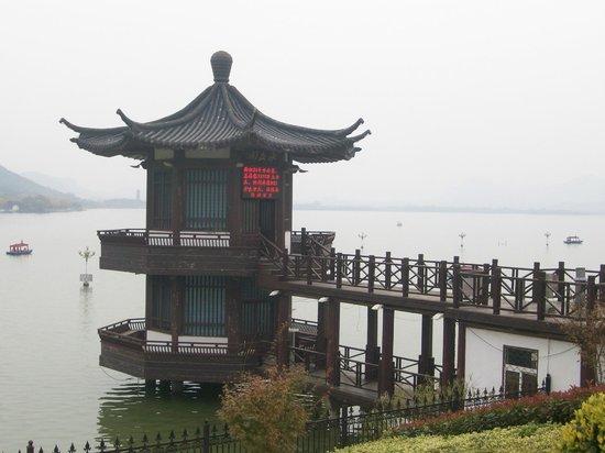 Yunlong Lake : edificio sul lato nord-ovest del lago