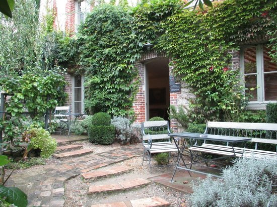La Cour Sainte-Catherine: B&B courtyard