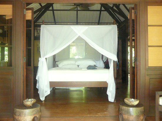 Latitude 10 Exclusive Beach Resort: Our bed in the monkey bungalow.