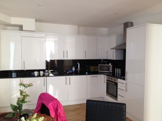 Chelsea Bridge Apartments : kitchen area