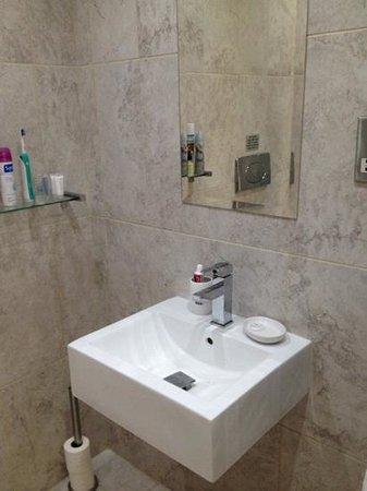 Chelsea Bridge Apartments: bathroom