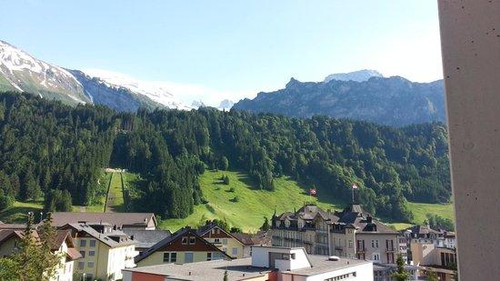 H+ Hotel & SPA Engelberg: la vue depuis la chambre sur la montagne