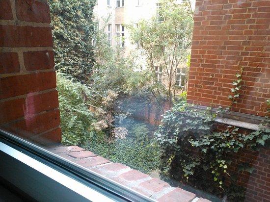 Acama Kreuzberg Hotel+Hostel: vista al jardín desde la habitación