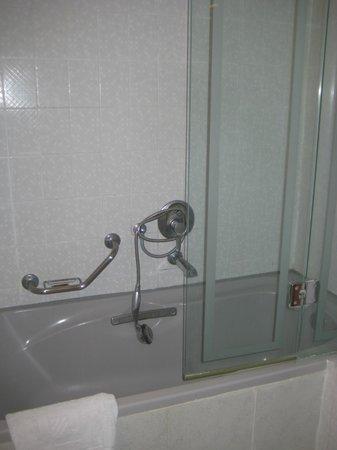 Dan Hotels Caesaria: tub shower