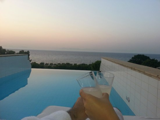 Amathus Elite Suites: complimentary drinks from Elite Suites