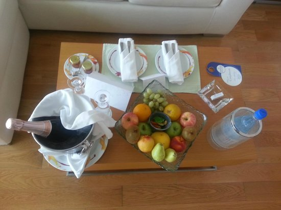 Amathus Elite Suites: Welcome fruits and champagne. THANK YOU