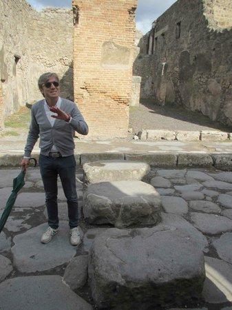 Leisure Italy - Tours : Giuseppe explaining the ruins in Pompeii