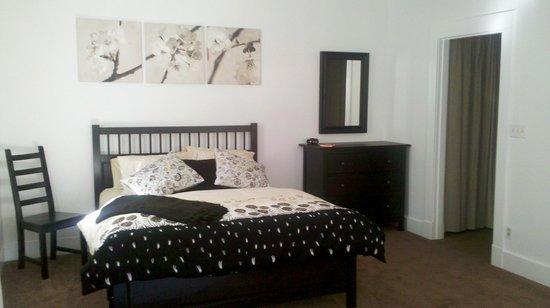 Hartman Inn: Carriage House:  Bedroom area with walk-in closet.