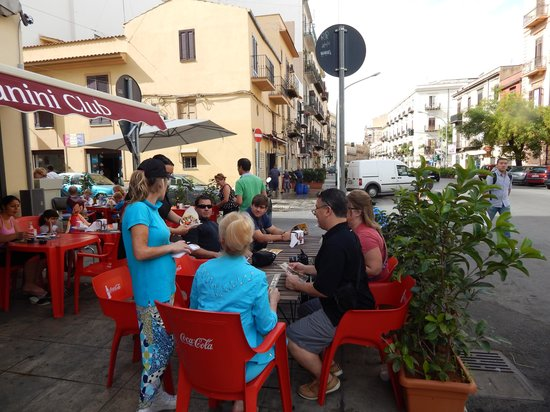 Ambasciatori Hotel: Palermo sidewalk cafe.
