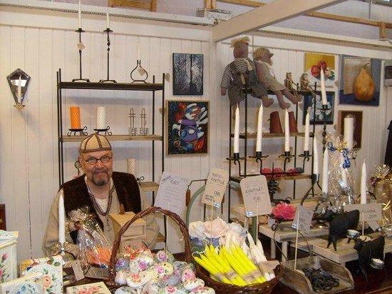 Cumulus Hakaniemi: Симпатичный продавец сувениров на рынке Хаканиеми.
