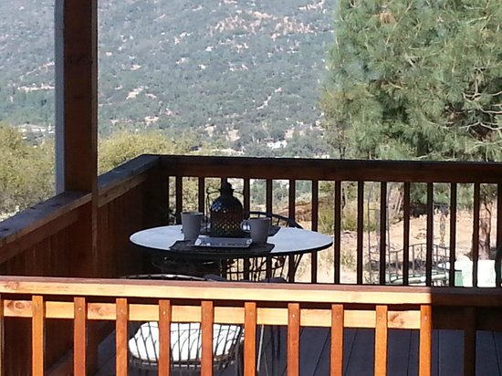 Yosemite Sierra View Bed & Breakfast: Deck available for your breakfast