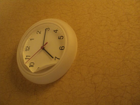 Gateway Hotel Dallas: Clock/ Broken