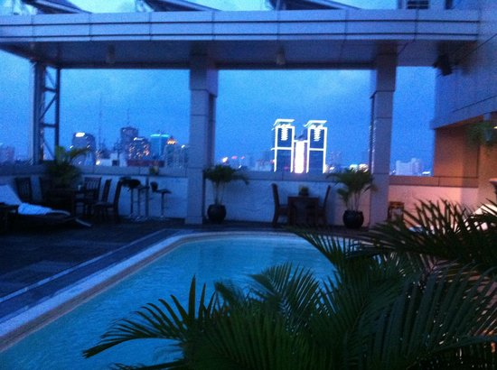 Golden Central Hotel: Rain by the pool